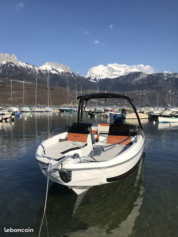 bateaux la location sur le lac d 39 annecy location bateau annecy. Black Bedroom Furniture Sets. Home Design Ideas